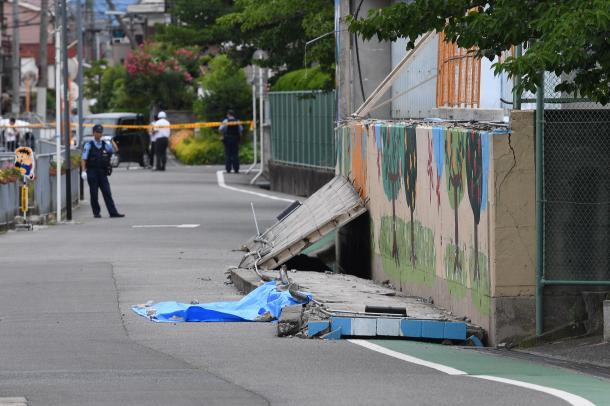 写真・図版 : 女児が挟まれて死亡した高槻市立寿栄小学校のブロック塀=6月18日、水野義則撮影