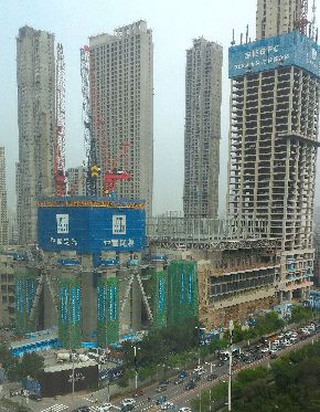 写真・図版 : 次々と高層ビルが建設される中国・瀋陽=筆者撮影