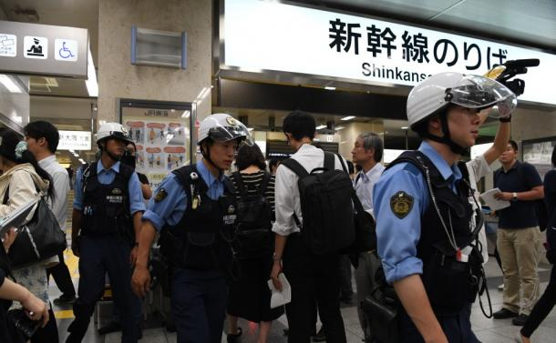 JR小田原駅で事件の対応に当たる警察官たち=10日