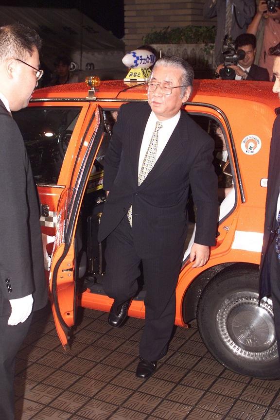 写真・図版 : 組閣の夜、新閣僚が黒塗りのハイヤーで乗り付けるなかで、小渕新内閣の目玉として経企庁長官に抜擢された堺屋太一さんはタクシーで首相官邸を訪れた=1998年7月30日