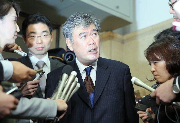 セクハラ発言問題で辞任することについて記者にこたえる福田淳一財務事務次官=2018年4月18日