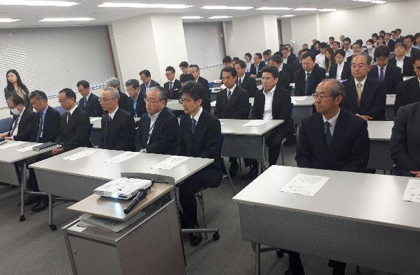 写真・図版 : セクハラ研修を受ける財務省の幹部ら=2018年5月9日、東京・霞が関
