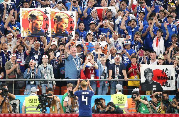 サッカーW杯ロシア大会。2―2で引き分けた日本・セネガル戦の後、スタンドにあいさつする本田選手=2018年6月24日
