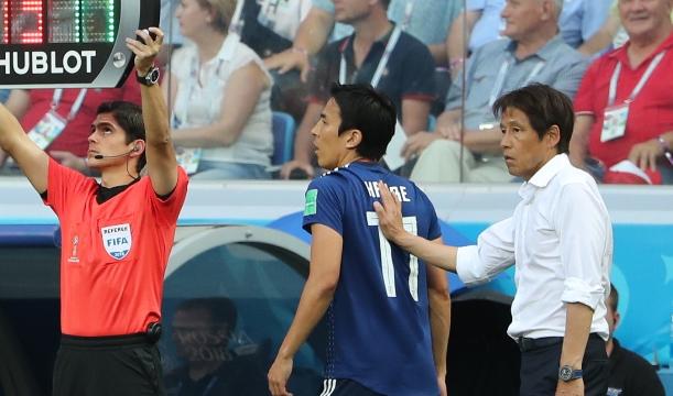 ポーランド戦後半、武藤と交代でピッチに向かう長谷部(中央)。西野監督は0-1のまま試合を終わらせることなどを指示した=2018年6月28日、ロシア・ボルゴグラード