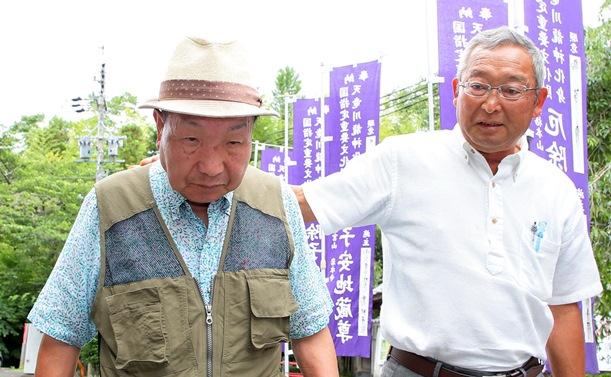 写真・図版 : 散歩中に「再審開始決定取り消し」の知らせを支援者から聞かされる袴田巌さん(左)=2018年6月11日、浜松市北区、代表撮影