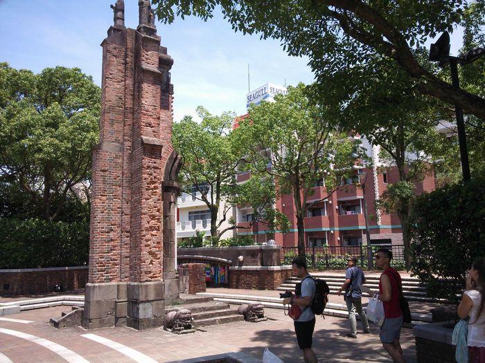 写真・図版 : 被爆で残った浦上天主堂の壁の一部は、爆心地公園に移築されている