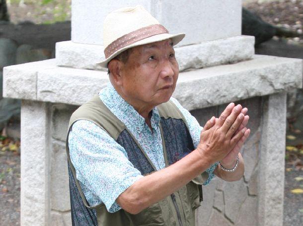 高裁決定を聞いたのち、神社に参拝する袴田巌さん=2018年6月11日