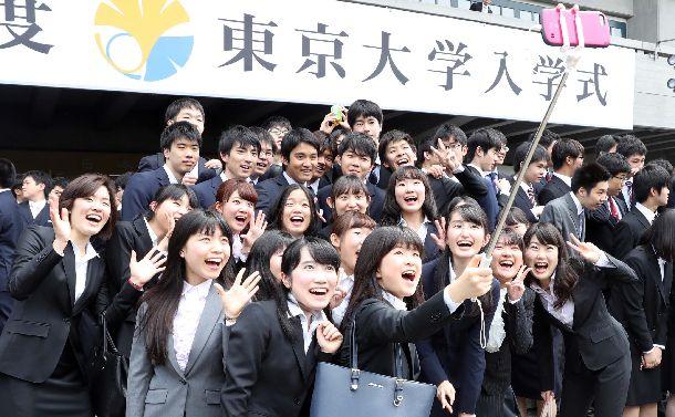 入学式で記念撮影する東京大の新入生たち=2018年4月12日