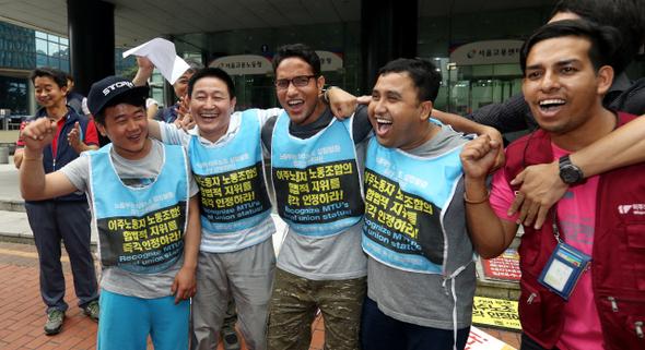 写真・図版 : 韓国の「移住労組」のみなさん=2015年8月21日ハンギョレ新聞