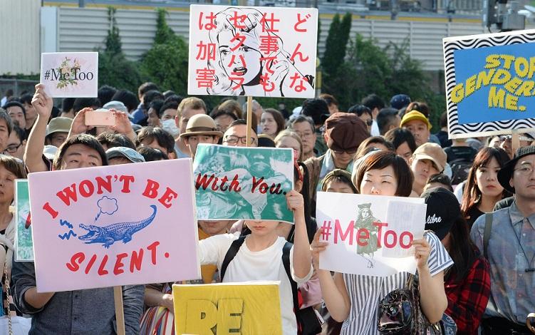 写真・図版 : 今春、「私は黙らない0428」のイベントでプラカードを掲げる人たち=2018年4月28日、東京・新宿、迫和義撮影
