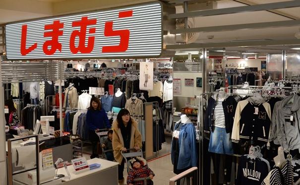 写真・図版 : 大津パルコで営業していた婦人服専門の「しまむら」=2014年2月、大津市