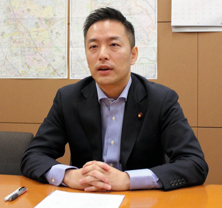 写真・図版 : 村井英樹さん。自民党衆院議員、内閣府政務官。財務省出身、38歳=2018年3月30日