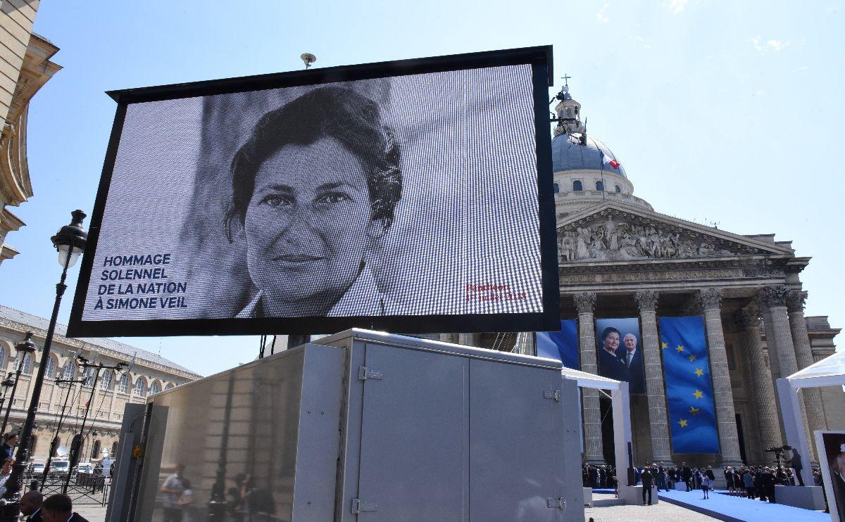 シモーヌ・ヴェイユのパンテオン入りの式典。棺が運び込まれ後、マクロン大統領がスピーチをした=2018年7月1日(AP)