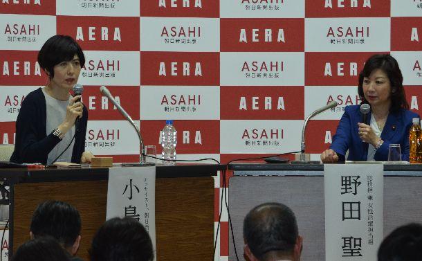 写真・図版 : ハラスメント考える対談で語り合う小島慶子さん(左)と野田聖子さん=2018年6月18日