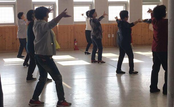 写真・図版 : 韓国に呼び寄せられた結婚移住者の親たちが参加する中国ダンスの教室=韓国・安山市