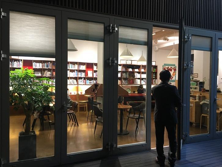 写真・図版 : 「移住背景青少年支援財団」が運営する「ムジゲ(虹)青少年センター」のカフェ=ソウル