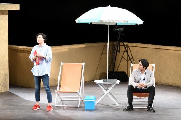写真・図版 : 二兎社『ザ・空気ver.2』。安田成美(左)と眞島秀和=本間伸彦氏撮影