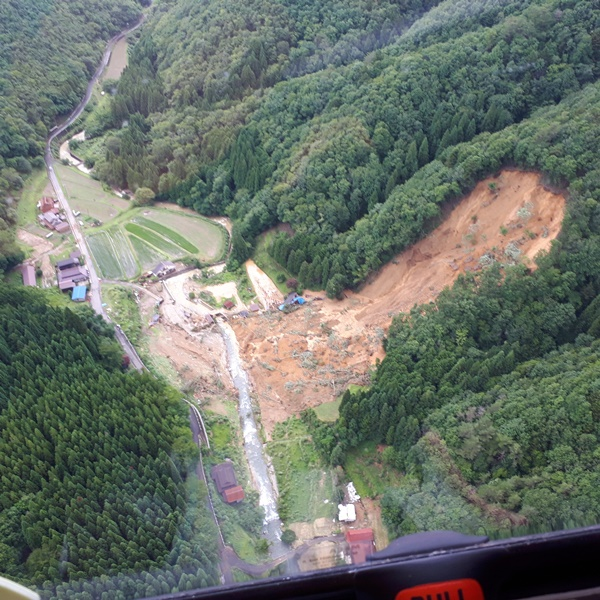 写真・図版 : 兵庫県宍粟市の斜面崩壊=8日、朝日新聞社ヘリから