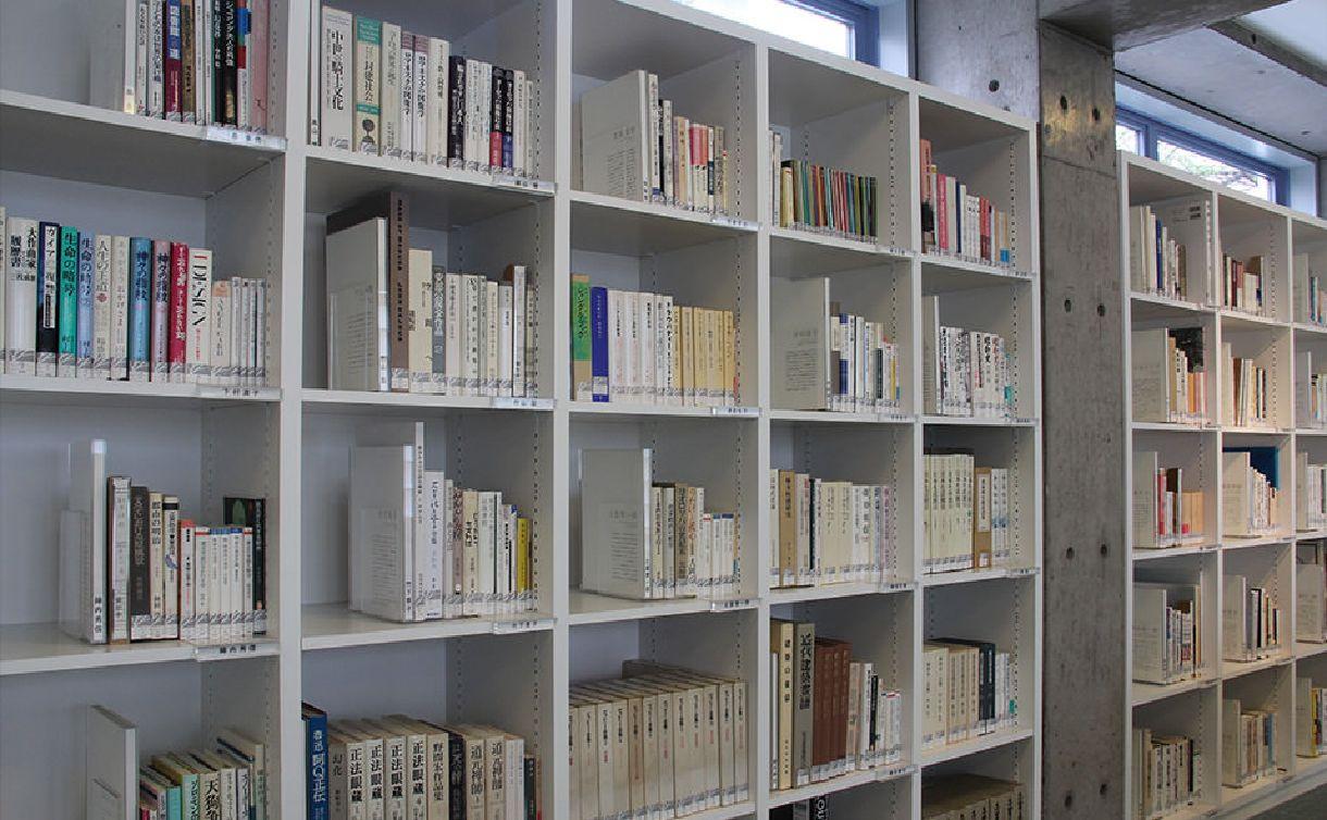 """代官山ヒルサイドテラスの私設図書室の本棚。100人の""""目利き""""が選んだ10冊ずつの本が並んでいる。"""