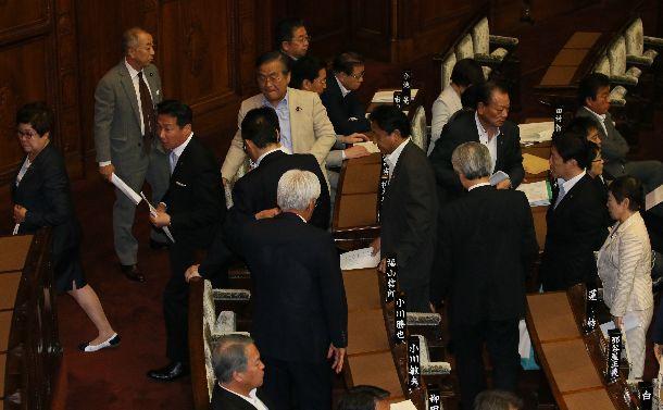 参院本会議で公職選挙法改正案が採決される直前に退席する立憲民主党などの議員ら=2018年7月11日