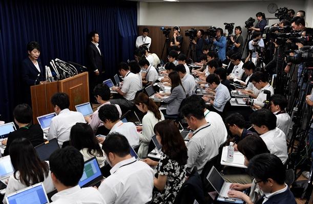オウム真理教元代表の松本智津夫死刑囚ら7人の死刑執行について会見する上川陽子法相(左)=2018年7月6日、東京・霞が関