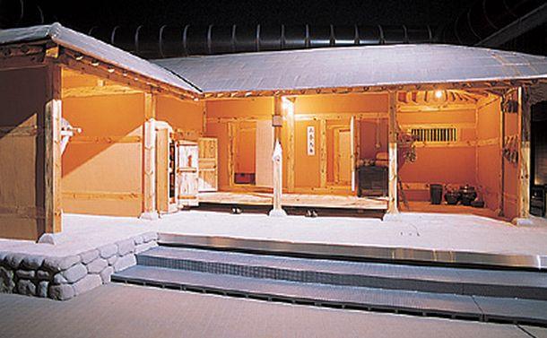 写真・図版 : 주막은 한국 전통사회에서 여행자가 밥을 먹고 잠을 자는 장소이며, 또한 정보를 교환하는 곳이었다. 이 사진은 1920년대 지어진 주막을 재현한 것으로, 원래의 지붕은 초가였던 것을 전시하면서 동판으로 바꾼 것이다= 국립민속학박물관 홈페이지로 부터