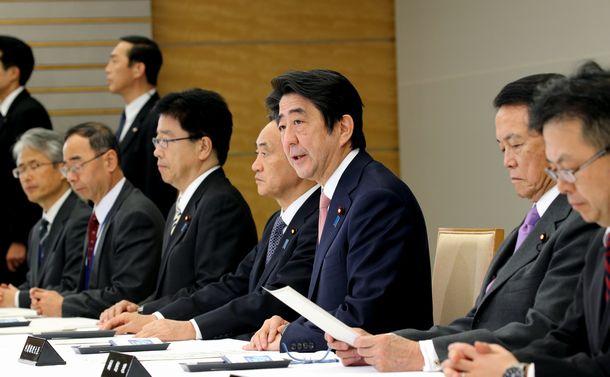 写真・図版 : 邦人人質事件についての関係閣僚会議で発言する安倍首相(右から3人目)=2015年1月21日、首相官邸