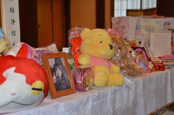 結愛ちゃんの写真と、寺に全国から届いたお菓子やぬいぐるみなどのお供え物=2018年6月27日、東京都目黒区碑文谷1丁目