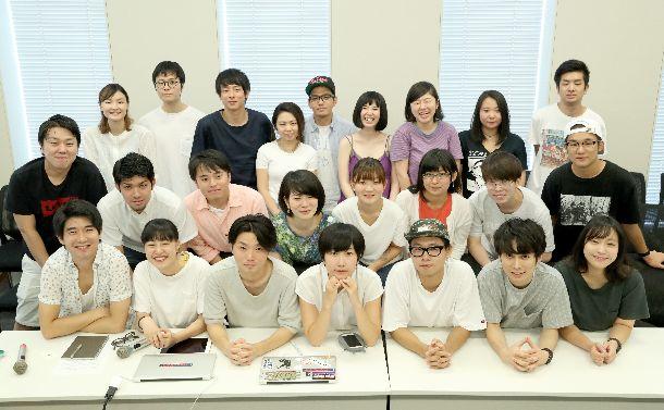 最後の記者会見で念写真に納まる奥田愛基さん(前列左から3人目)らシールズのメンバーたち=2016年8月16日