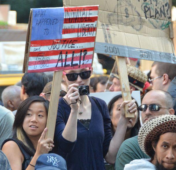 ウォール街占拠デモでメッセージをかかげた若者たち