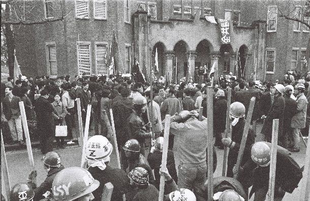 1968年の東大紛争で封鎖された東大法学研究所の前に集まる全共闘の学生たち=1968年12月23日