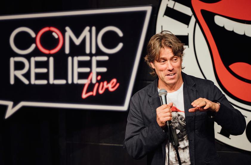 写真・図版 : コミックリリーフ主催のライブに登壇した英国コメディアン=2017年8月、英エジンバラ