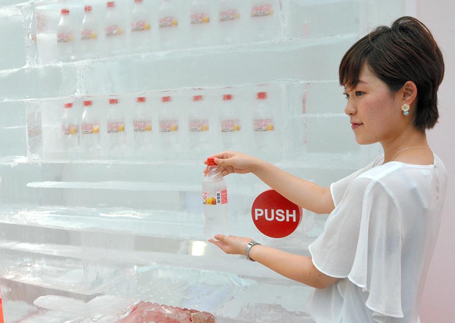 写真・図版 : 透明なコカ・コーラをPRするイベント=2017年7月、東京都内