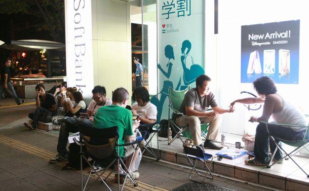 「iPhone3G」発売を前に携帯電話販売店の店頭に並ぶ人たち=2013年、名古屋市