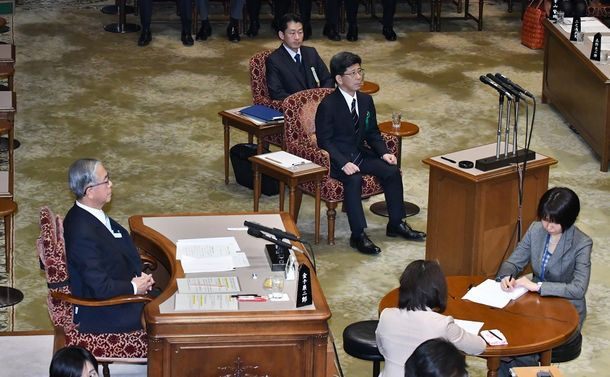 写真・図版 : 参院予算委の証人喚問のため、参院第一委員会室に入った佐川氏(中央)=2018年3月27日