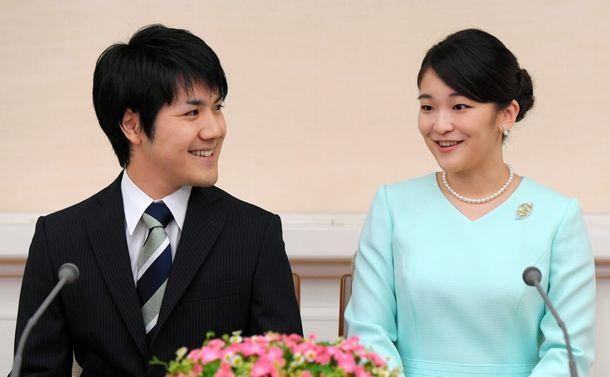 婚約内定を発表した際の眞子さまと小室圭さん=2017年9月3日