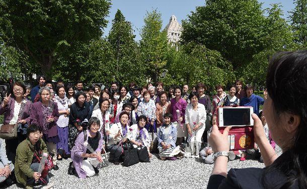 候補者男女均等法が成立し、国会議事堂を背に記念撮影する女性たち=2018年5月16日
