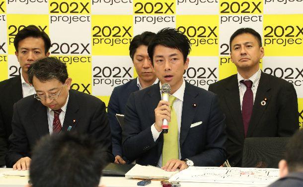 国会改革案について記者会見する自民党の小泉進次郎氏(中央)ら=2018年6月27日