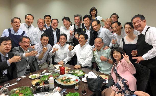安倍晋三首相(中央)らが7月5日夜に参加した懇親会「赤坂自民亭」の集合写真=西村康稔官房副長官のツイッターから