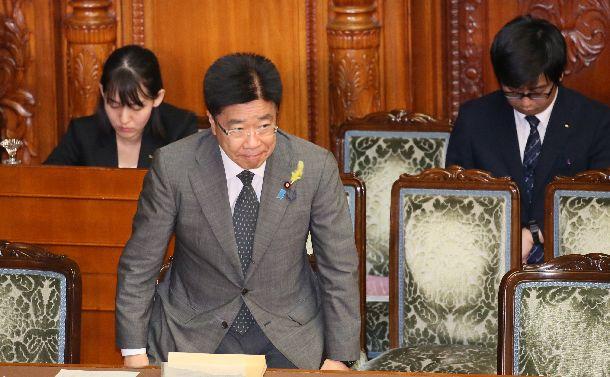 参院本会議で、働き方改革関連法が可決、成立し、議場に向かって頭を下げる加藤勝信厚労相=2018年6月29日