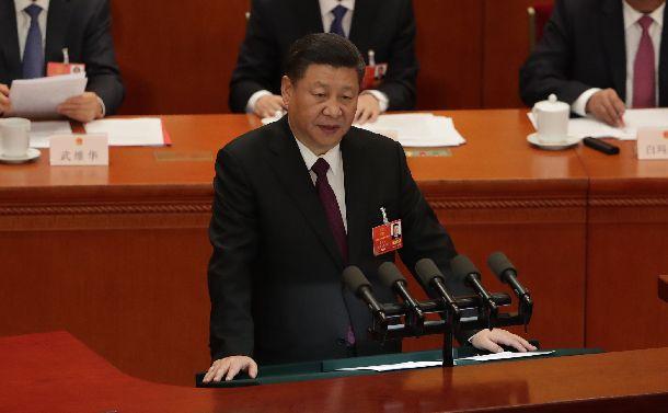 全国人民代表大会の閉幕式で演説する習近平国家主席=2018年3月20日、北京