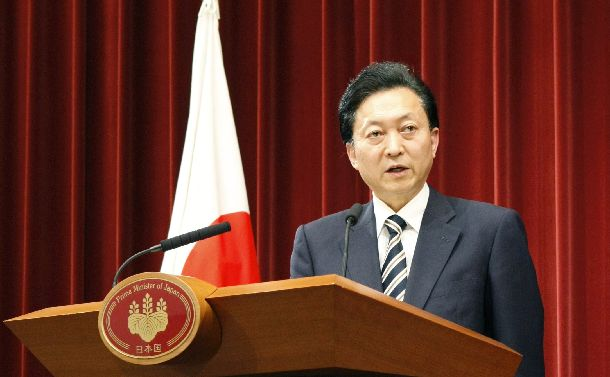 記者会見で普天間飛行場の辺野古移設の政府方針を表明する鳩山由紀夫首相=2010年5月28日、首相官邸