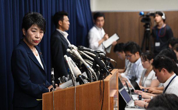 オウム真理教元代表の松本智津夫死刑囚ら7人の死刑執行について、会見する上川陽子法相=2018年7月6日