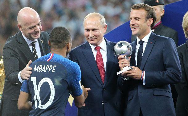 W杯決勝戦。フランスのエムバペ(10)をセレモニーで出迎えるのマクロン大統領(右)。中央はロシアのプーチン大統領。左はFIFAのインファンティノ会長=2018年7月15日、モスクワ・ルジニキ競技場