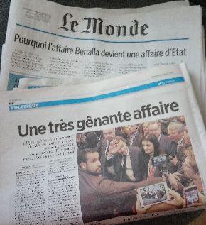 ルモンド紙に掲載されたベナラの写真(左のひげをはやした男)