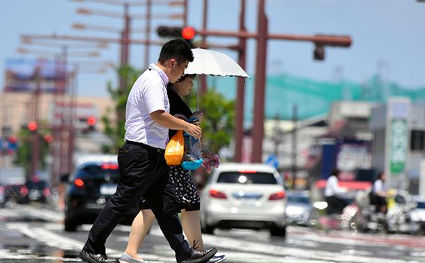 写真・図版 : 日本列島を猛暑が襲っている=2018年7月23日、津市、里見稔撮影