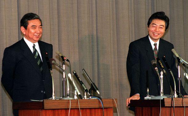 選挙制度など政治改革関連法案について取り交わした合意書に署名後、会見する細川護煕首相(右)と河野洋平自民党総裁=1994年1月29日、国会