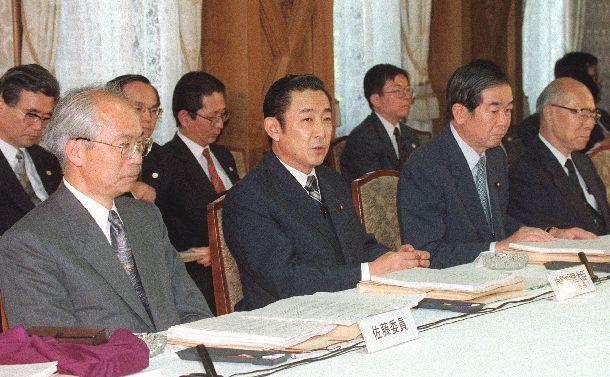 省庁再編論議の中間整理をする行政改革会議に臨む橋本首相(左から2人目)ら=1997年5月1日、首相官邸
