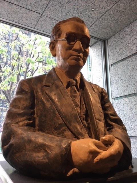 写真・図版 : 東京都渋谷区にある日本生協連のビル1階には初代会長の賀川豊彦像がある。いま生協のかじ取りをするならどのような針路を示すだろうか