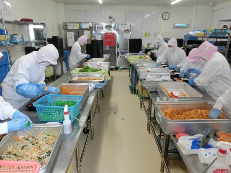 写真・図版 : コープさっぽろの関連会社コープフーズの配食工場。稼働は午前2時から10時だ